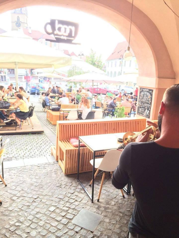 Concert acustic pe terasă cu Medve Sandor **trumpet&loop**
